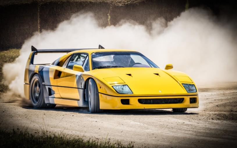 Видео: суперкар Ferrari F40 дрифтит на грунтовке и траве