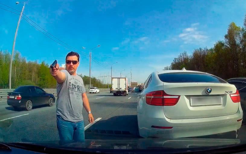 Обочечник на BMW подрезал и угрожал пистолетом. Им заинтересовалось МВД