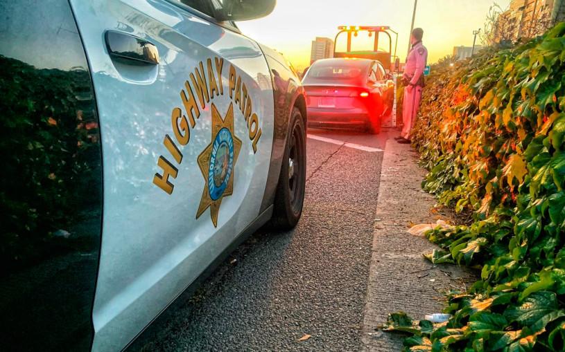 Полиция остановила на скоростном шоссе Tesla без водителя за рулем
