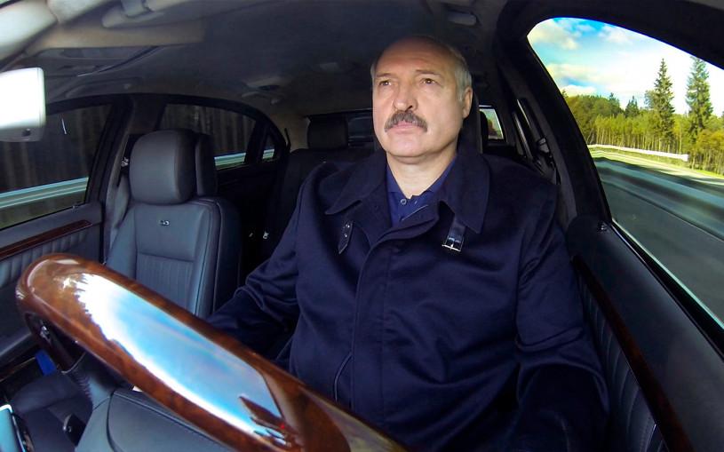 Maybach, трактор и Tesla. На чем ездит Лукашенко