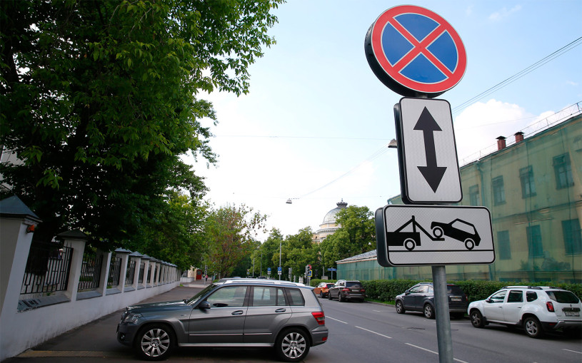 Знак «Остановка запрещена»: действие, штрафы, исключения