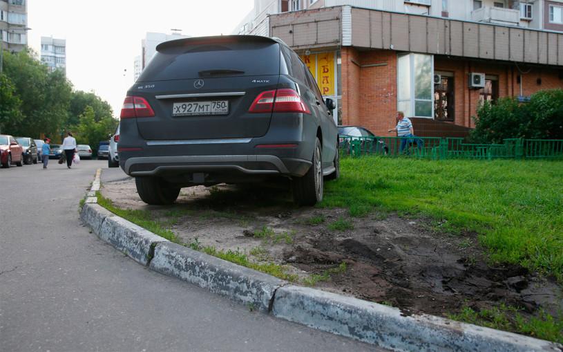 Власти рассказали, сколько водителей оштрафовали за парковку на газонах