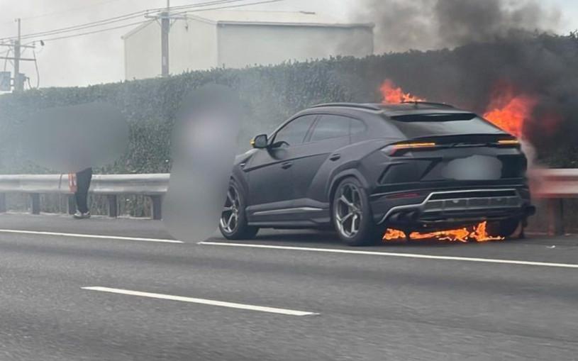 Lamborghini Urus за 26,5 млн загорелся прямо на дороге. Видео