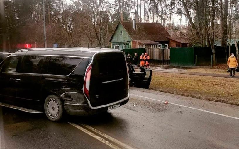 Минивэн Aurus Arsenal попал в массовую аварию на Рублевке. Фото