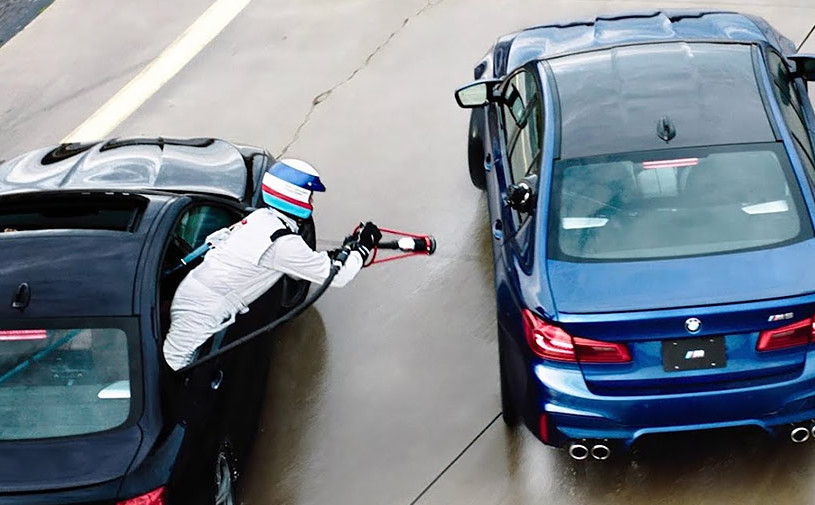 Рекордный дрифт BMW M5 с дозаправкой на ходу показали на видео
