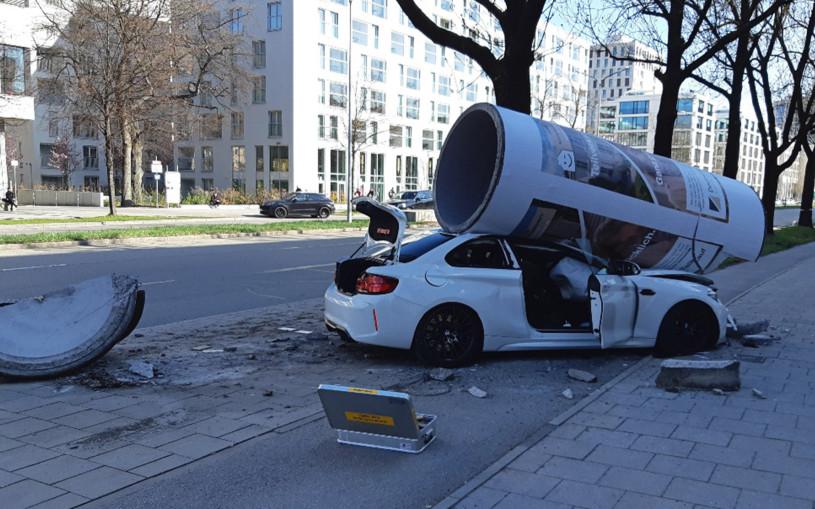 Бетонная колонна раздавила BMW M2. Фото