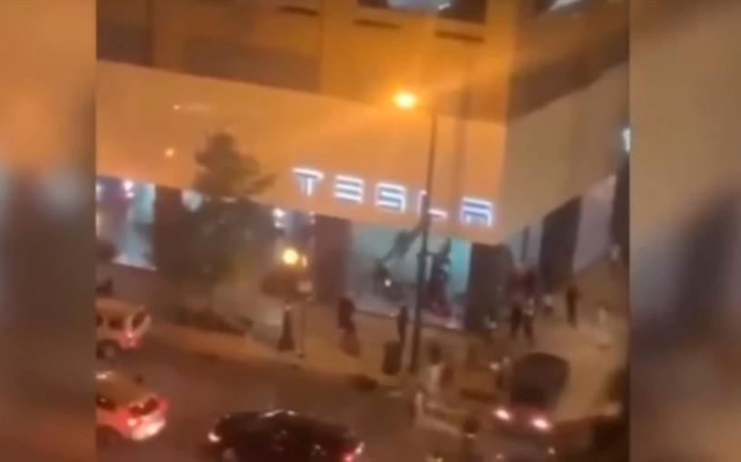 Видео: в ходе беспорядков в США уничтожили автосалон Tesla