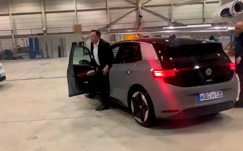 Илон Маск протестировал электрокар Volkswagen. Видео