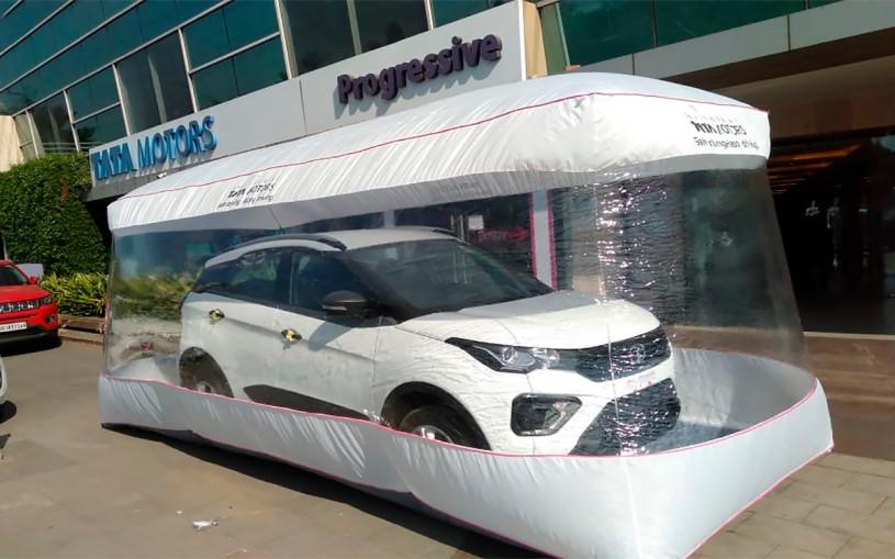 В Индии машины начали упаковывать в «пузыри» для защиты от коронавируса