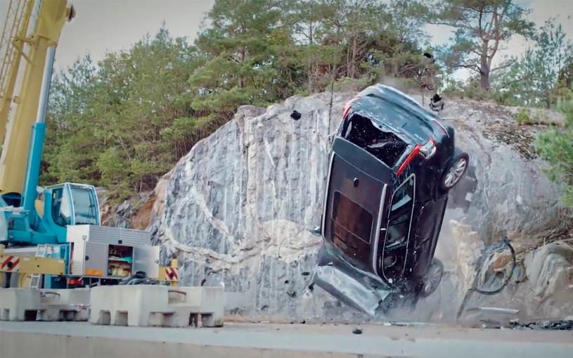 Volvo сбросила несколько машин с 30-метровой высоты. Видео