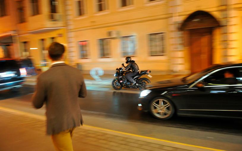 В Госдуме предложили разрешить байкерам мигалки и парковку на тротуаре