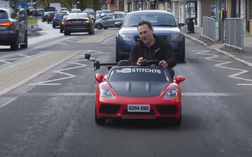 Игрушечный электрокар с водителем выпустили на дороги. Видео