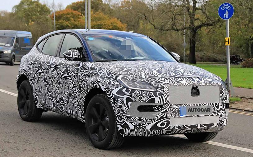 Обновленный кроссовер Jaguar E-Pace впервые замечен на тестах