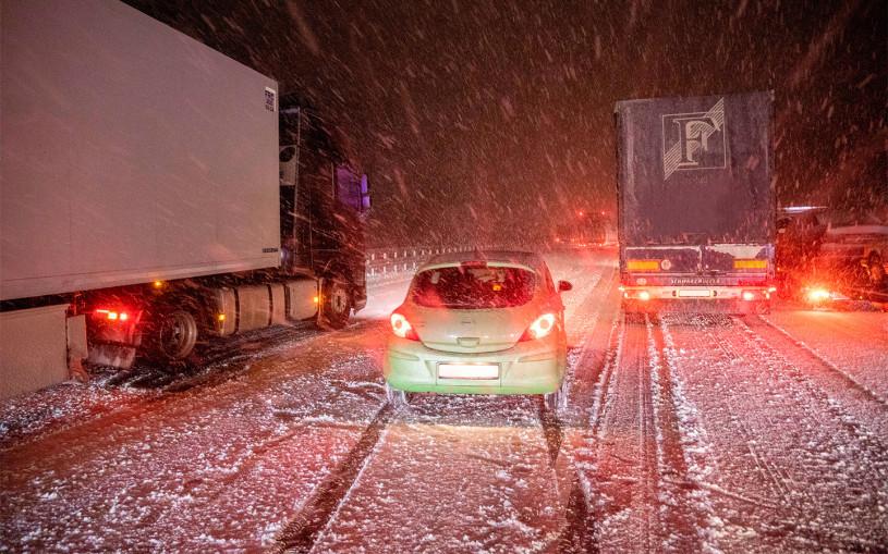«Мы вытащили грузовик». Как легковушки спасали фуры в снегопад