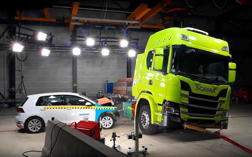 Электрогрузовик Scaniaстолкнули с Golf для теста аккумуляторов. Видео