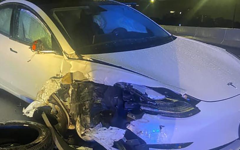 Tesla на автопилоте протаранила полицейскую машину. Фото