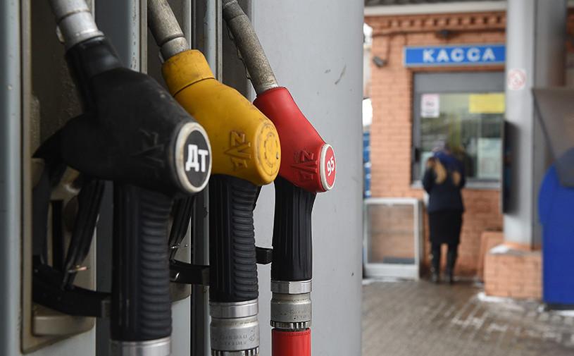 Правительство и нефтяники договорились о стабилизации цен на бензин