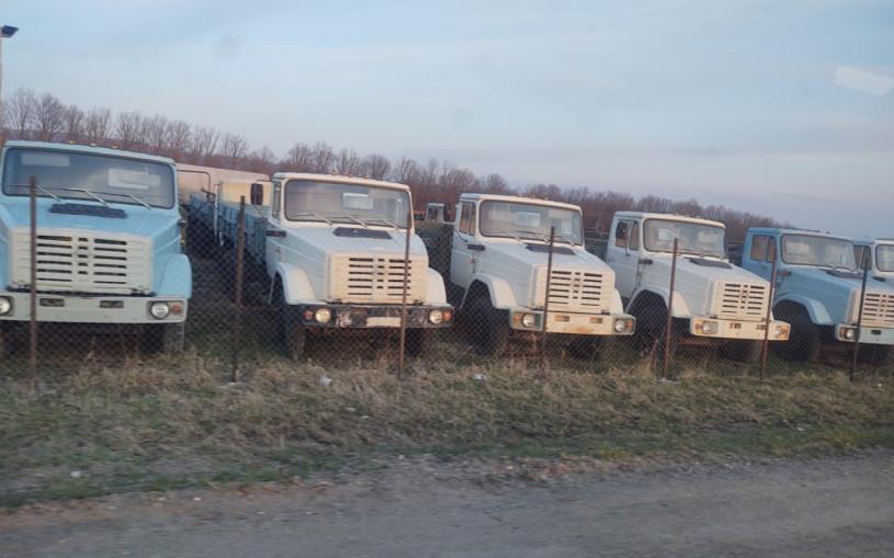 В России нашли стоянку с грузовиками из 90-х без пробега. Фото