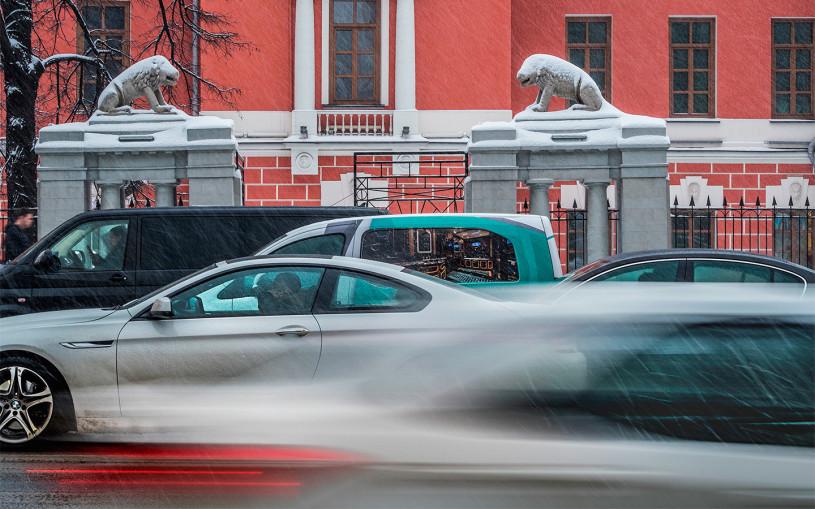 Власти Москвы рекомендовали водителям подождать с заменой резины