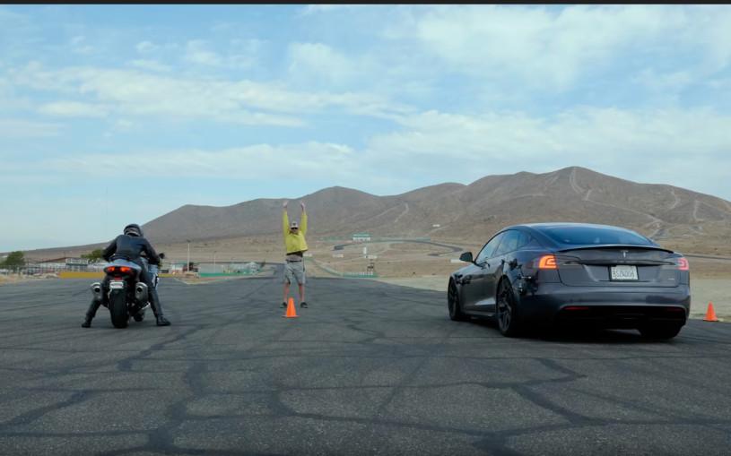 Самая мощная Tesla сразилась в дрэге с двумя супербайками. Видео