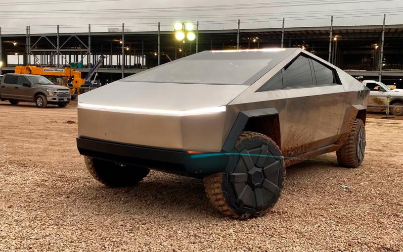 Илон Маск приехал на строящийся завод в Техасе на пикапе Cybertruck. Фото