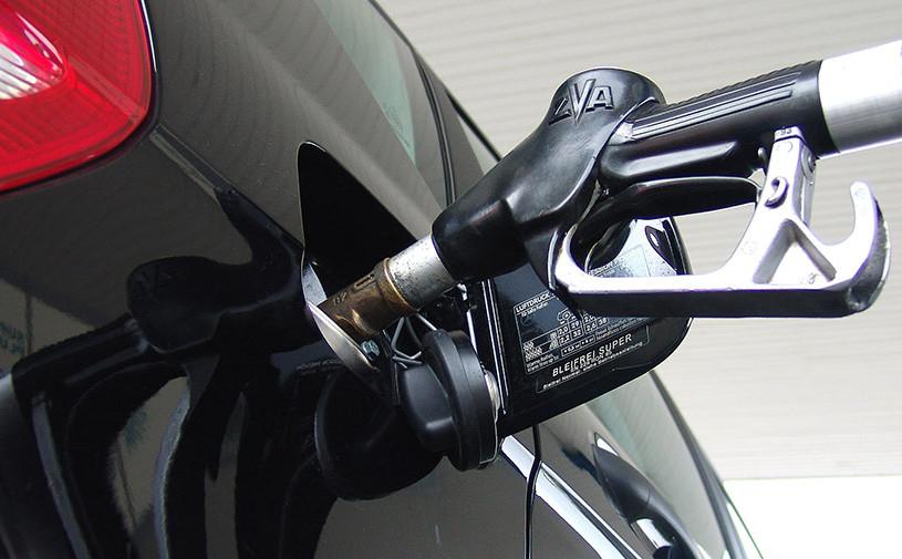 Россиянам пообещали остановить рост цен на бензин доконца 2017 года