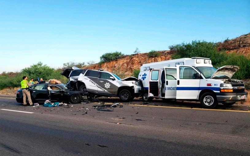 Tesla протаранила полицейскую машину и машину скорой помощи. Фотофакт