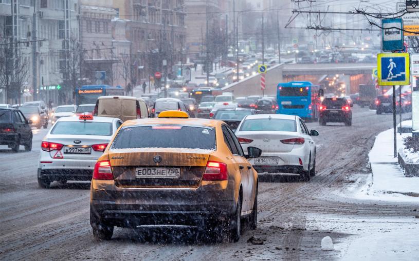 Власти Москвы заявили о трехкратном росте цен на такси во время снегопада