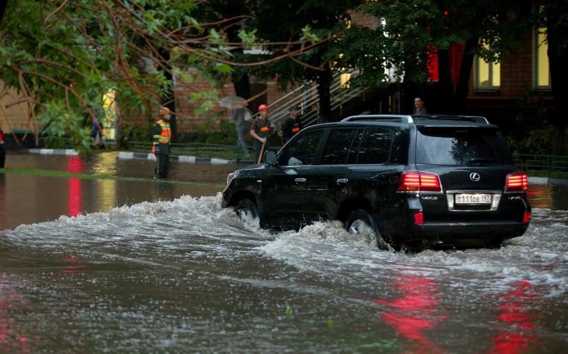Как дороги в Москве затопило после дождя. Фото, видео