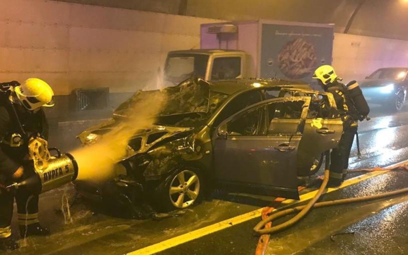 «Ждали в машинах, пока потушат». Водители застряли в горящем тоннеле