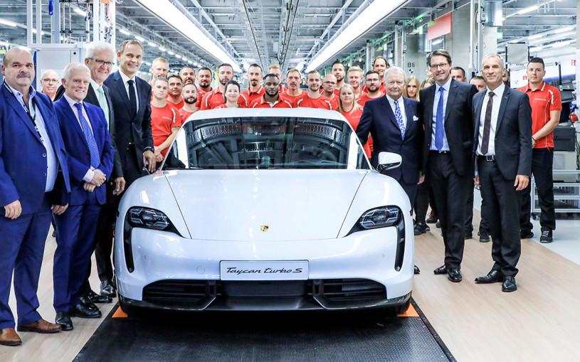 Porsche показала на видео сборку Taycan на «заводе будущего»