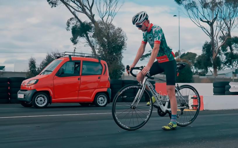 Самый дешевый автомобиль в мире сразился в дрэге с велосипедом. Видео