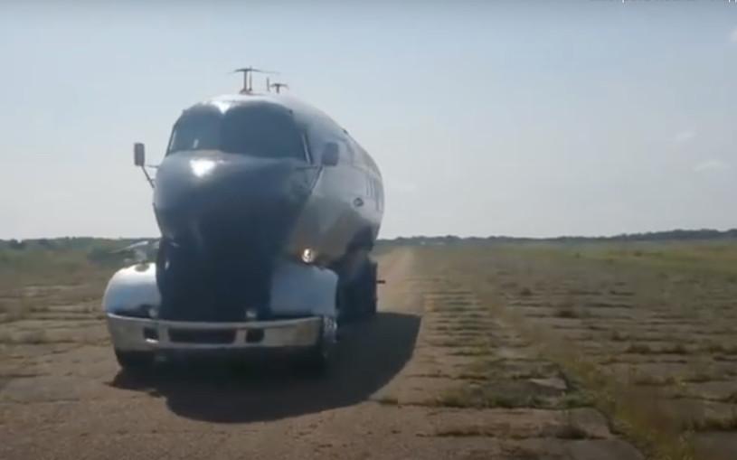 Самолет превратили в дом на колесах. Видео