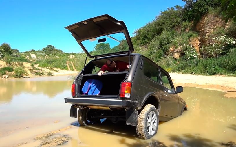 Британский блогер утопил Lada Niva Legend во время тестов. Видео