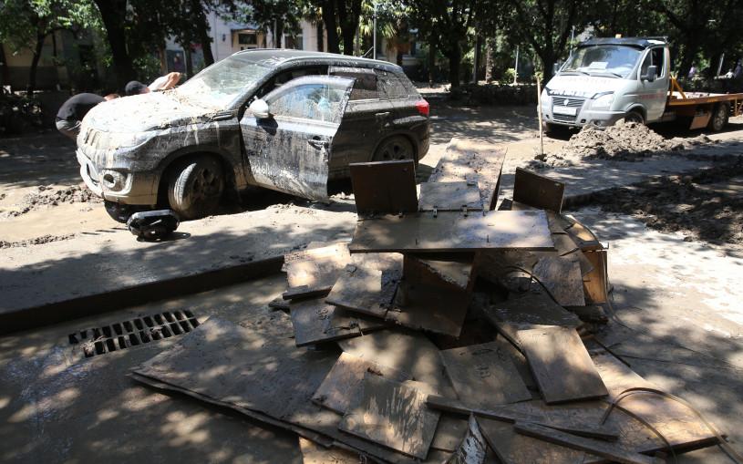 Стихия уничтожила сотни автомобилей в Крыму. Фото, видео
