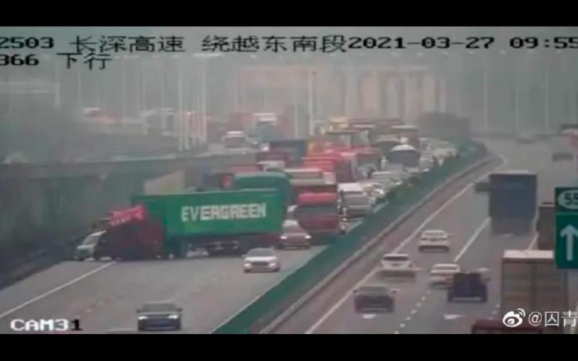 Грузовик с контейнером компании Evergreen перекрыл скоростное шоссе