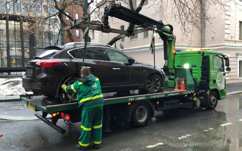 В Москве приставы забрали у женщины Infiniti за неоплату парковки