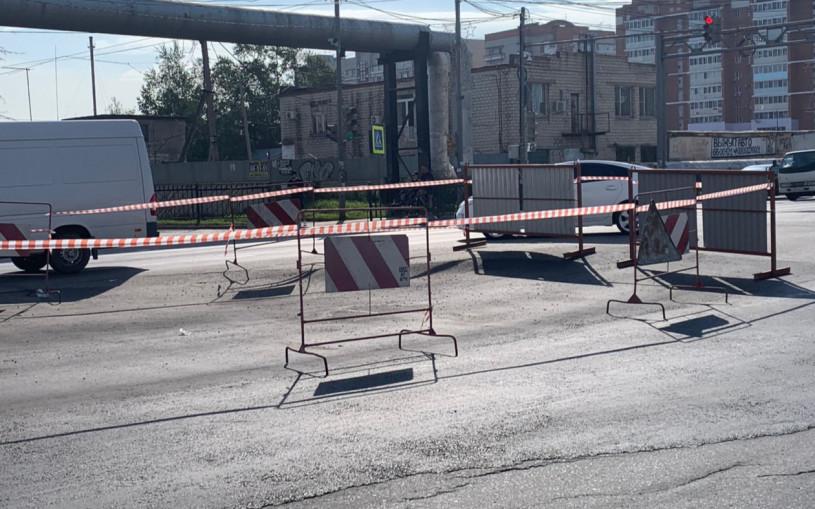 В Хабаровске обвалилась дорога, и для машин образовался трамплин. Видео