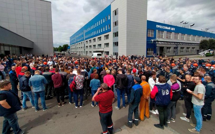 Работники белорусских МАЗ, БелАЗ и МТЗ устроили забастовку