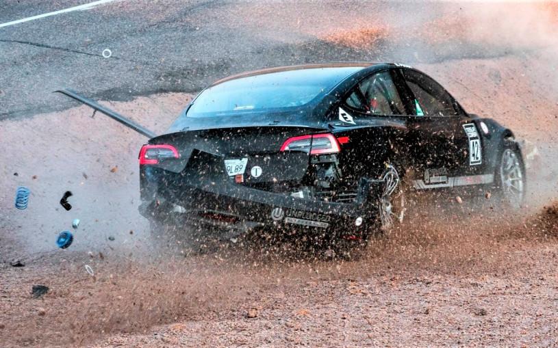 Видео: Tesla Model 3 разбился перед гонкой на горе Пайкс-Пик