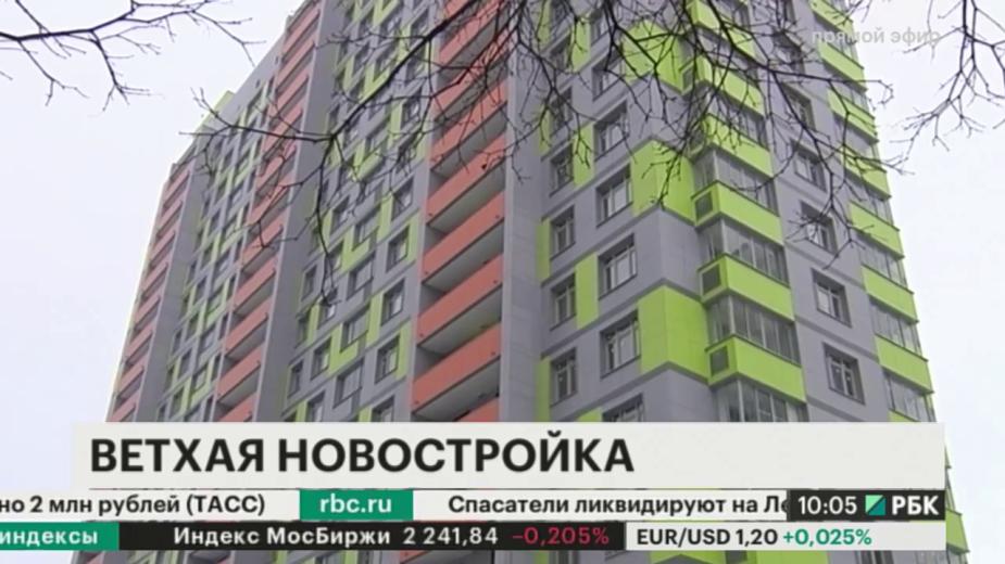 Жители одной из московских хрущевок, которую в прошлом году включили в программу реновации, самостоятельно занимаются ремонтом новостройки.