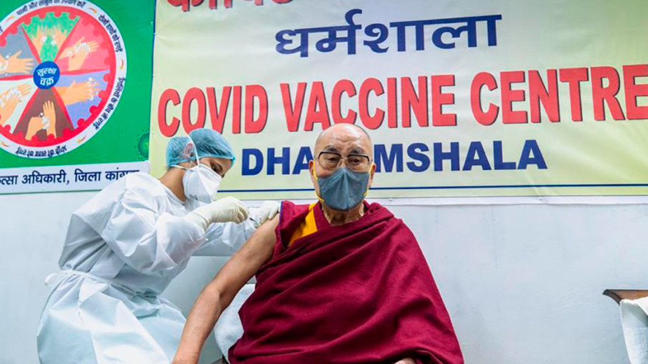 Далай-лама привился вакциной от коронавируса
