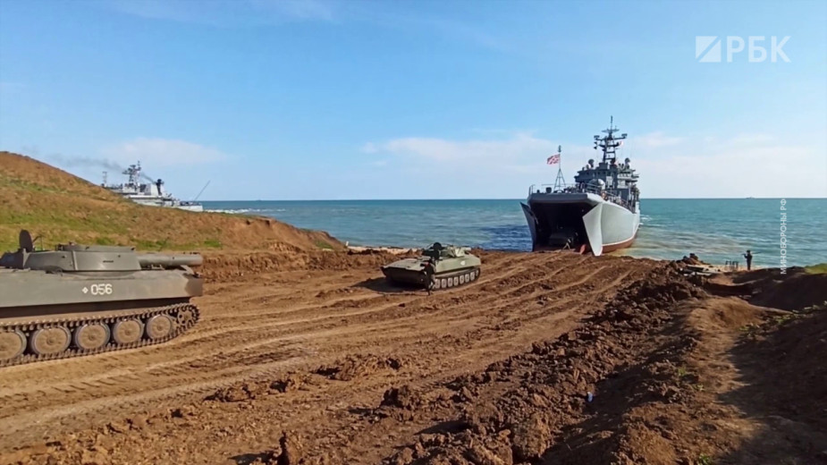 Погрузка и вывод российских войск с учений в Крыму. Видео