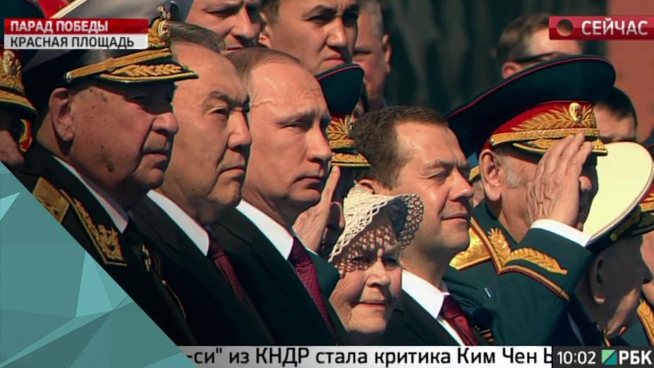 Парад Победы в Москве На Красной площади начинается парад Победы. У стен Кремля можно будет увидеть 10 тысяч военнослужащих и 135 единиц наземной техники. Кроме того, над Москвой пронесётся 71 самолёт и вертолёт. В том числе бомбардировщики Су-34 и истребители Су-35, которые участвовали в сирийской операции.