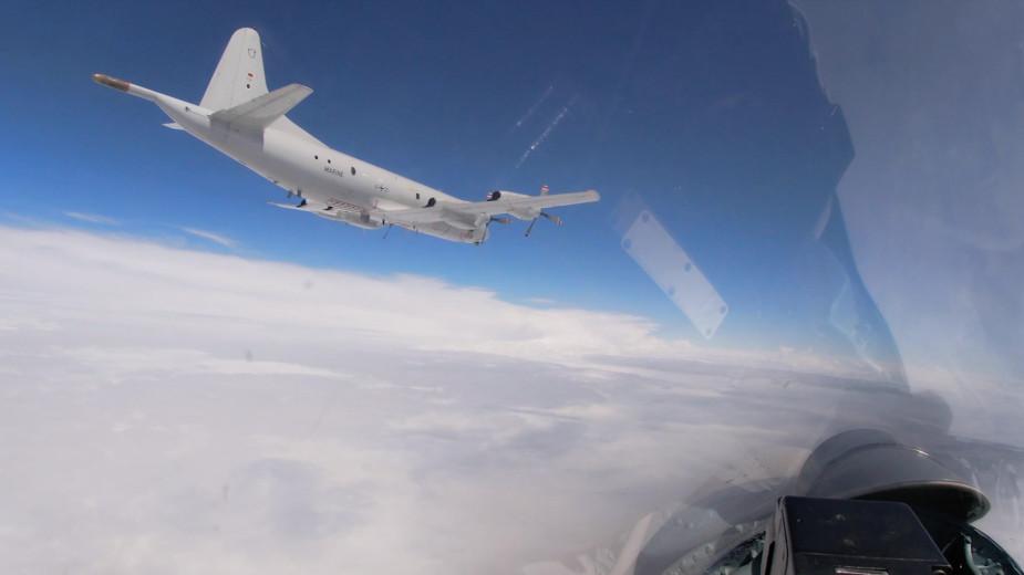 Российские Су-27 перехватили бомбардировщики США над Балтийским морем