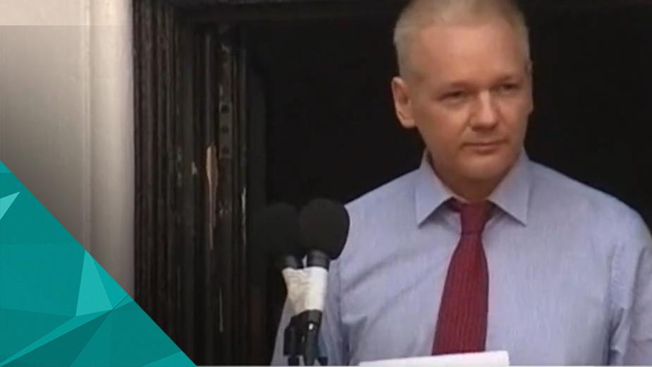Комиссия ООН призвала снять сАссанжа обвинения Рабочая группа ООН попроизвольным задержаниям призвала снять соснователя WikiLeaks Джулиана Ассанжа обвинения ивыплатить ему компенсацию. А сам Ассанж винтервью французской радиостанции «Франс-энтер» заявил, чторешение—юридически обязывающее. Однако исходяизинформации насайте верховного комиссараООН, рабочая группа может толькопроводить расследования, запрашивать информацию, атакже призывать кдействиям.