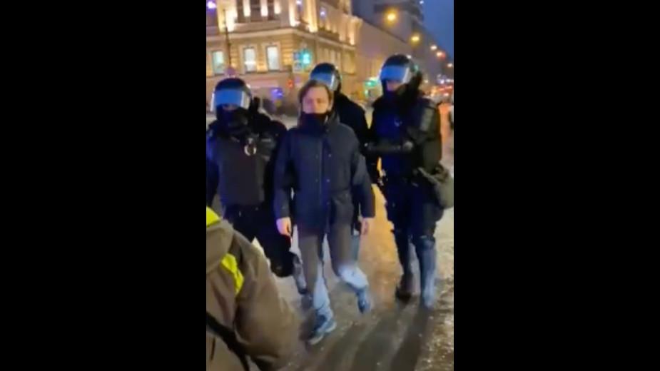 Получившая удар от полицейского на акции сообщила о просьбах простить его