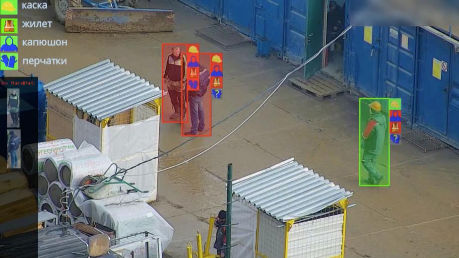 Как работает система распознавания лиц на производстве: если сотрудник не надел что-то из защитной одежды, на экране он помечен красным