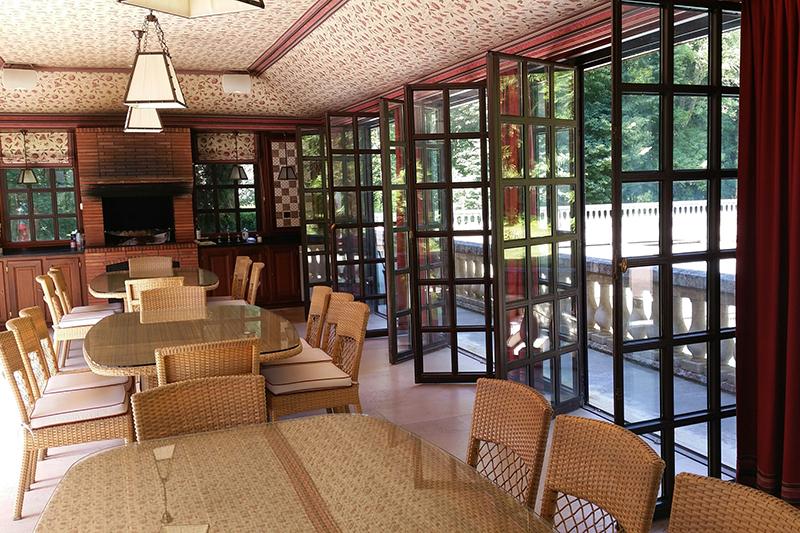 Кафе вChateau des Forgets недалеко от Парижа - один из проектовАлександра Лебедева