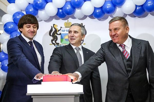 Глава Тобольска Максим Афанасьев (слева), губернатор Александр Моор (в центре) и акционер группы компаний «Корпорация СТС» Алексей Бобров